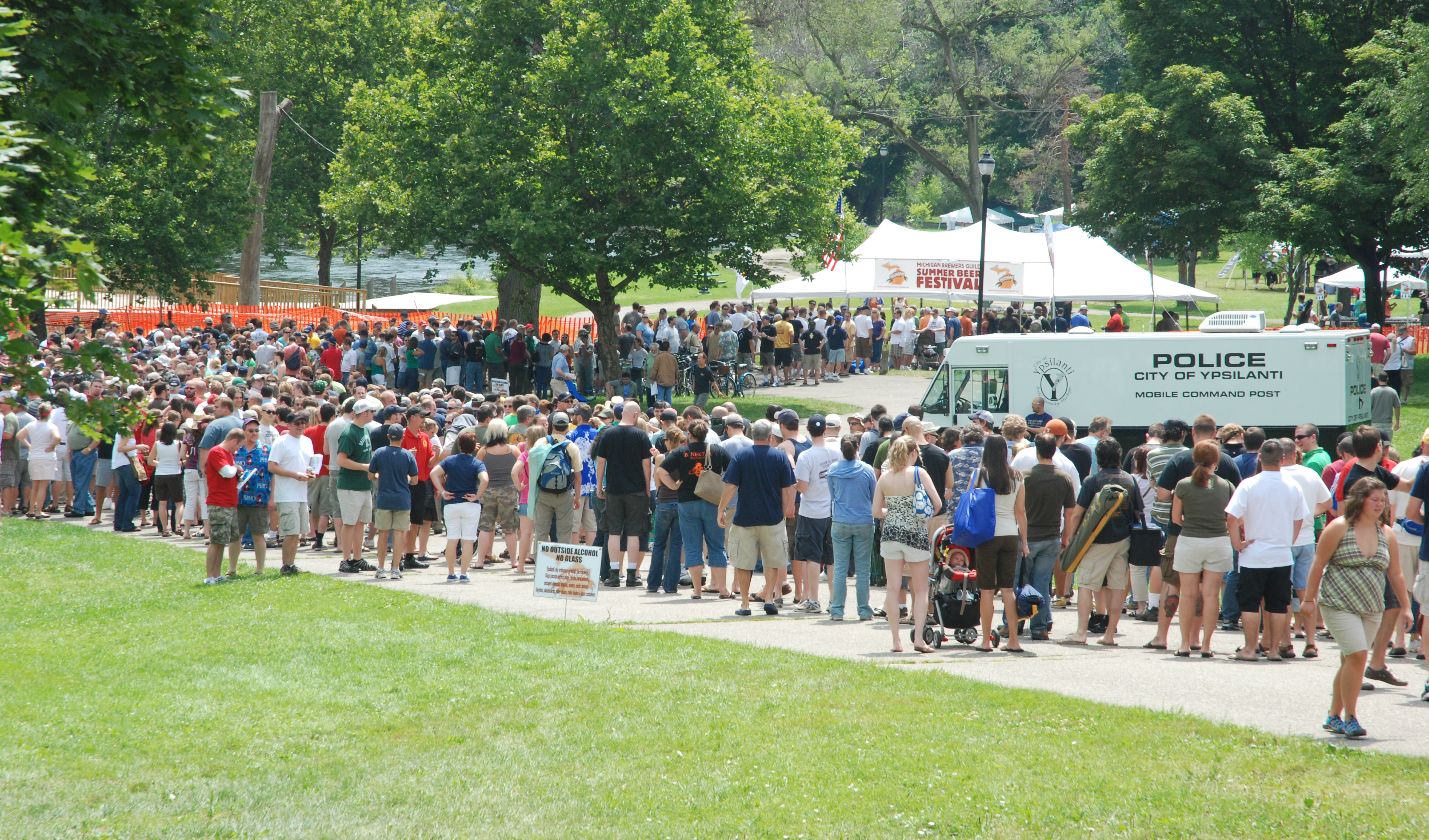 Beer festival attracts thousands to riverside park in for Michigan craft beer festival