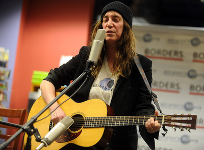 Patti-Smith-Singing.jpg
