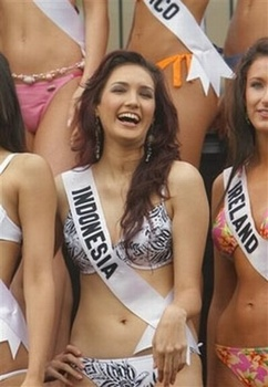 miss_indonesia_universe_2006_miss_universe_2006_nadine_chandrawinata_indonesian_muslim_women_nadine_in_bikini-tm.jpg